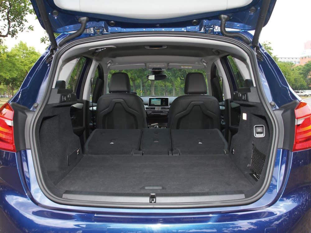 透過4/2/4分離後排座椅傾倒後,可將尾廂置物空間可從468公升擴充至1510公升。
