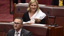 Durante sessão parlamentar, senadora australiana comemora ao amamentar a filha