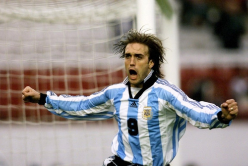 Cavenaghi justifica desprezo da seleção por Batistuta; Maradona detona geração