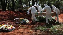 No maior cemitério do Brasil, coveiros enfrentam o peso do coronavírus