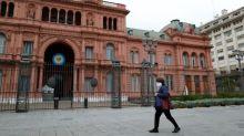 Mercados de Argentina bajan levemente, inversores esperan novedades en materia económica