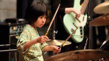 Garotinha de 8 anos arrasa tocando clássicos famosos na bateria