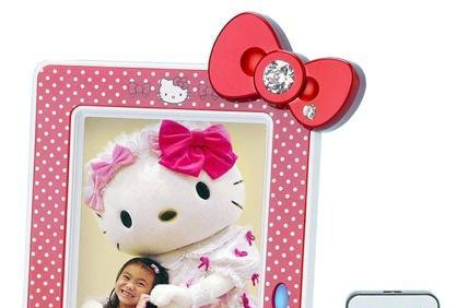 Sanrio announces two Hello Kitty digital photo frames, one child goes bananas