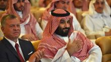 Smiles, selfies as Saudi crown prince attends investment forum amid 'crisis'