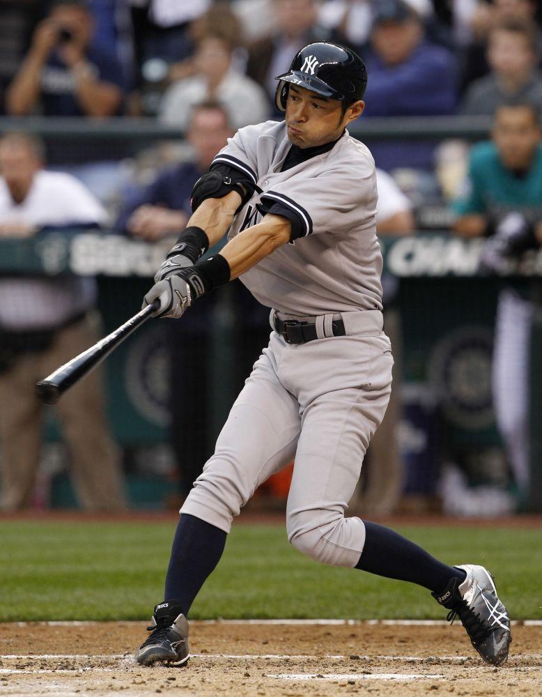 El recién adquirido jardinero de los Yanquis de Nueva York Ichiro Suzuki batea un sencillo contra los Marineros de Seattle en el tercer inning de un partido de las mayores el lunes, 23 de julio del 2012.  (Foto AP/Elaine Thompson)