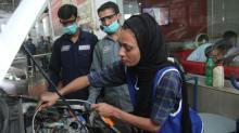 Mulher rompe tabus no Paquistão e trabalha como mecânica