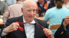Harald de Noruega coge un vuelo low cost para ver el fútbol