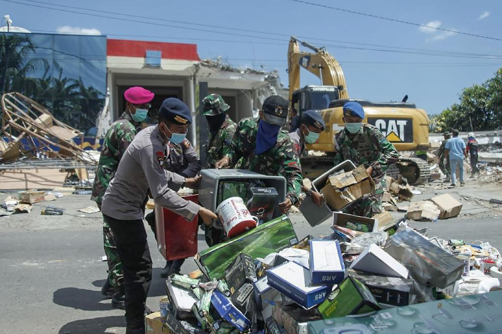 The already quake-battered island of Lombok was hit by fresh tremors on Sunday (AFP Photo/Handout)