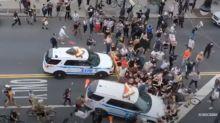 Un auto della polizia sui passanti, nella città americana scoppia il panico