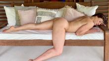 Claudia Raia posa nua e brinca sobre foto: 'Até que ficou boa'