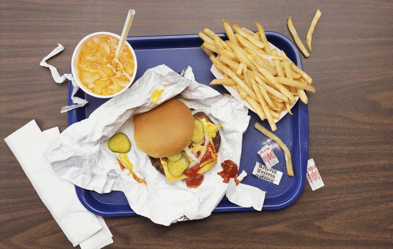 the bad effects of fast food Another negative side effect of eating fast food is the effect on the brain's synapses & molecules that aid in memory and learning 4 - skin and bones many people are under the false impression that chocolate and greasy food cause acne.
