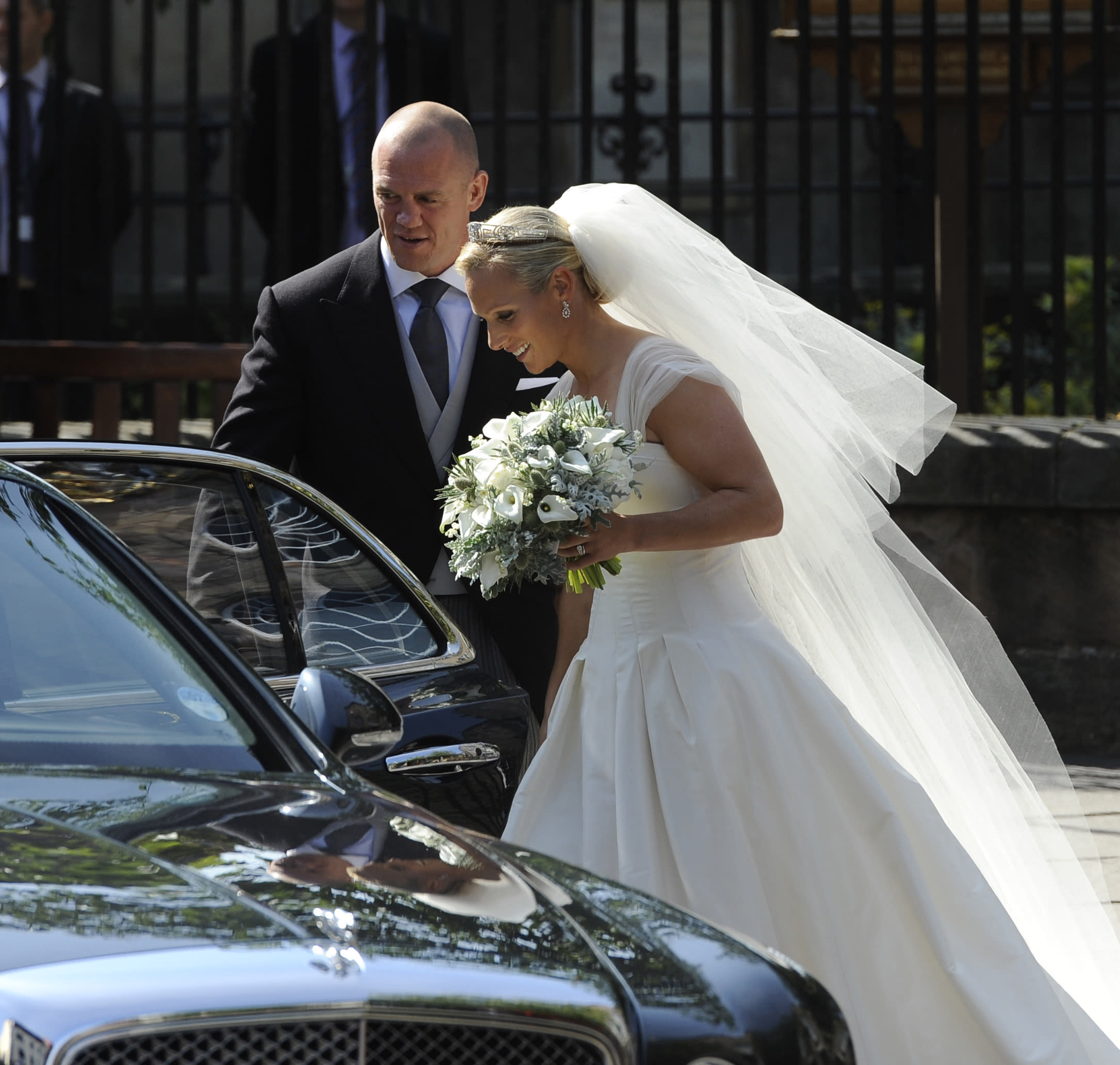 Britain's Zara Phillips, the eldest granddaughter of Queen Elizabeth, and her husband England rugby captain Mike Tindall, leave the church following their wedding at Canongate Kirk in Edinburgh, Scotland July 30, 2011. REUTERS/Russell Cheyne   (BRITAIN - Tags: ROYALS ENTERTAINMENT SOCIETY SPORT)