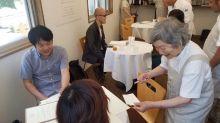 Restaurante contrata garçonetes com demência para clientes receberem pratos surpresa