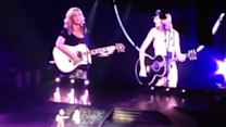 Lisa Kudrow Joins Taylor Swift to Perform Friends Classic Smelly Cat