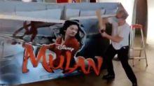 El dueño de un cine francés destroza un cartel de 'Mulán' al saber que  solo se estrenará en Disney+