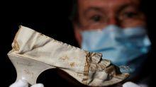 Un zapato de seda en impresionante estado de María Antonieta sale a subasta en Versalles