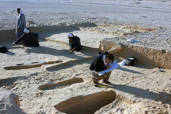 Archaeologists have unearthed graves with hundreds of skeletons at the ancient Egyptian city of Amarna.