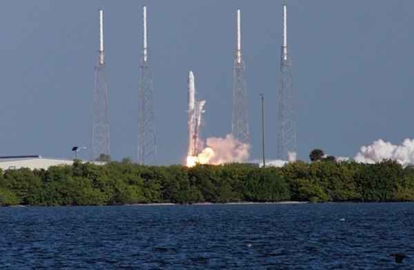 SpaceX's Dragon spacecraft successfully launches, returns from orbit (video)