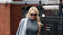 Pamela Anderson bastante tapadita en su visita a Julian Assange