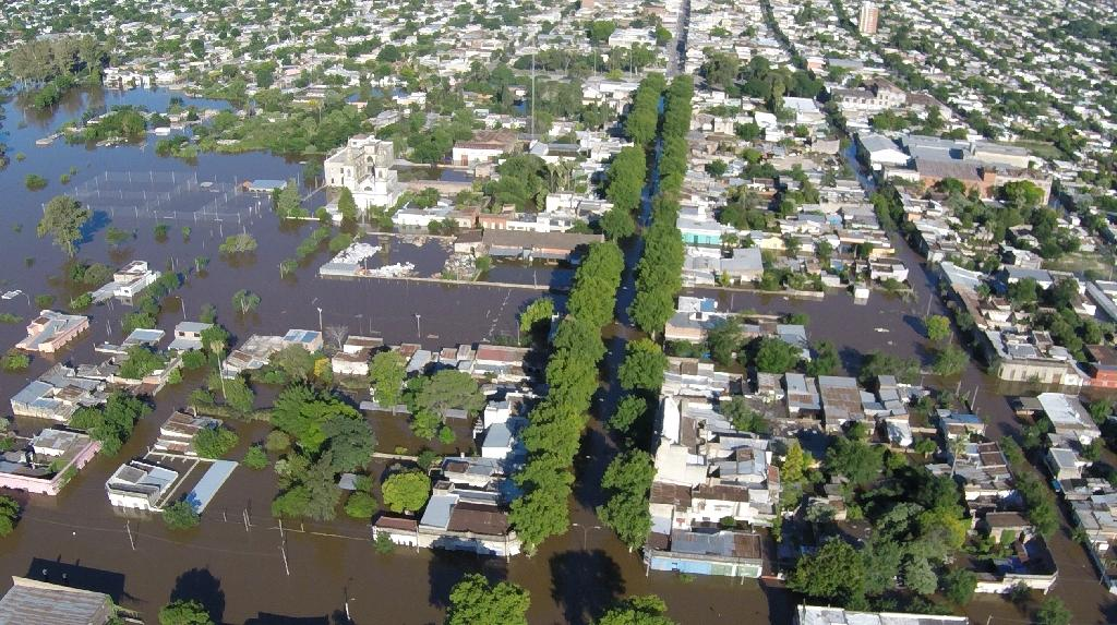 An aerial view of Paysandu, 380 km northwest of Montevideo, Uruguay, during floods on December 27, 2015 (AFP Photo/)