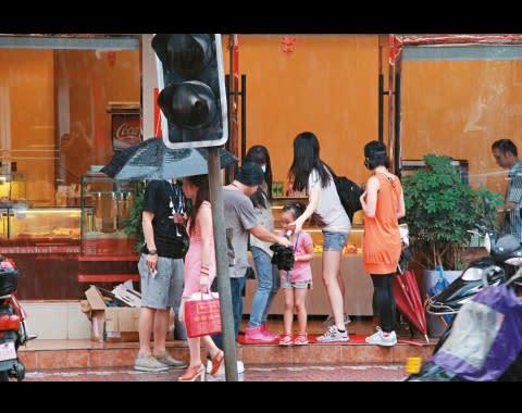 翠翠走進麵包店時,一手便把雨傘遞給韋家雄。 韋家雄 葉翠翠