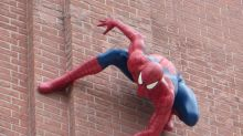 Spider-Man erschreckt Starbucks' Kunden