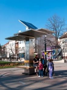 Strawberry Tree brings free, solar-powered charging to Belgrade's BlackBerrys, more (video)
