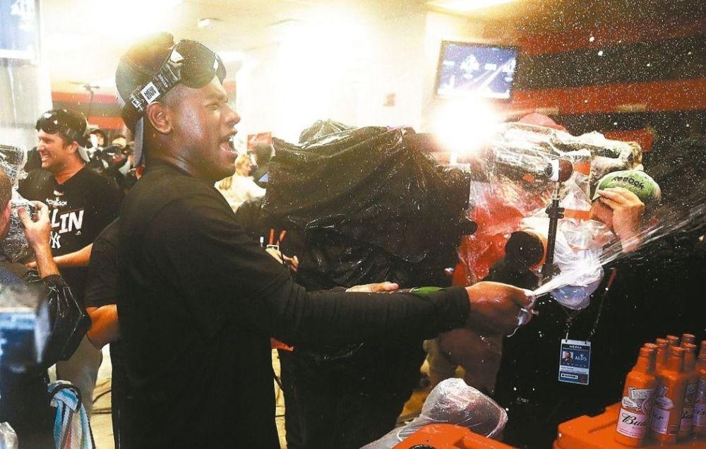 洋基隊昨天功臣葛瑞格里歐斯昨天大噴香檳,慶賀球隊闖進美聯冠軍賽。 法新社