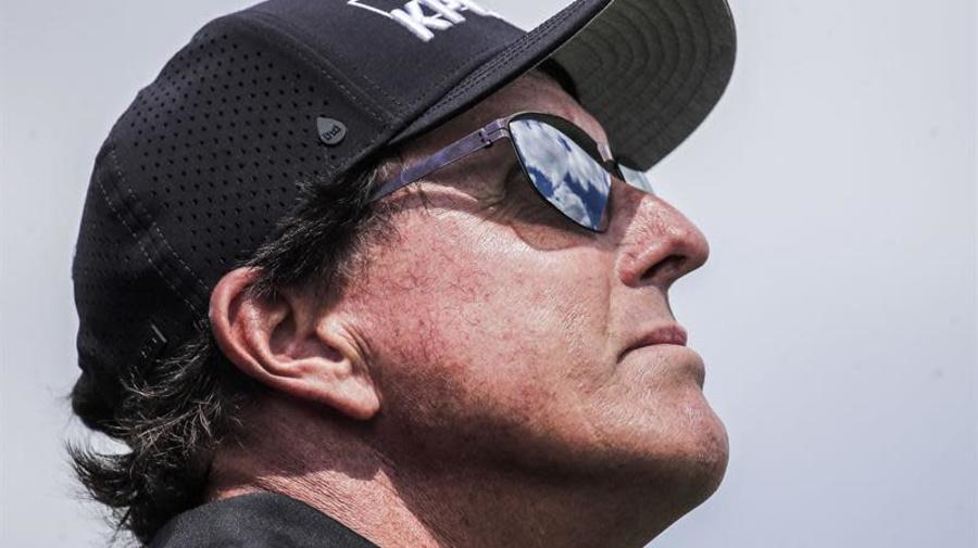 Phil Mickelson sorprende al liderar el Wells Fargo con dos golpes de ventaja