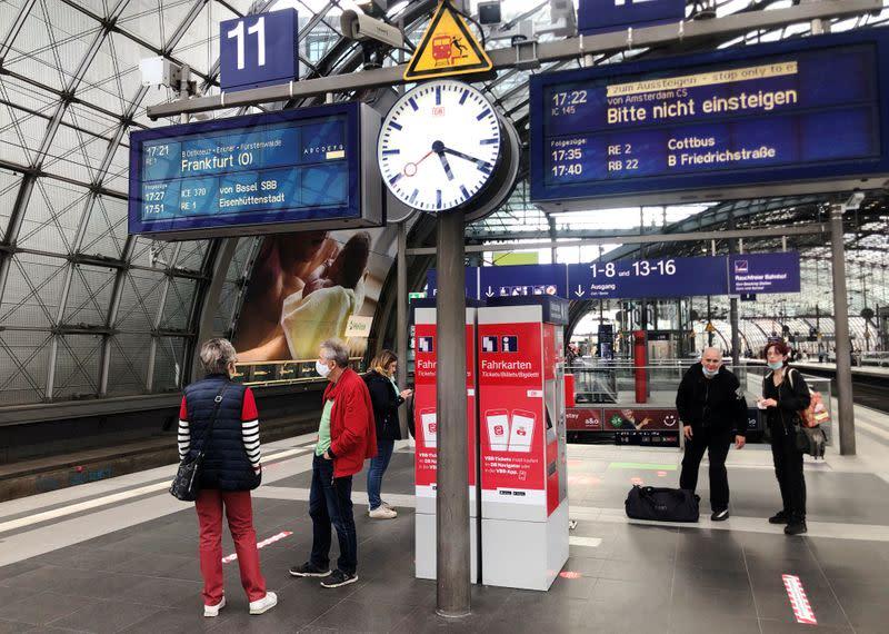 随着COVID-19案件激增,欧洲城市宣布了新的限制