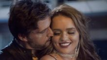 Rafa Kalimann e Léo Chaves se beijam e se casam em clipe