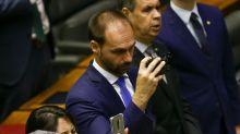 Se está sendo criticado, é sinal de que é a pessoa adequada, diz Bolsonaro sobre Eduardo