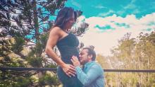 Thammy Miranda beija a barriga da esposa grávida e brinca: 'A minha ainda tá maior'