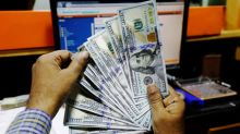 Dólar cae desde máximos de dos años debido a que guerra comercial golpea datos EEUU