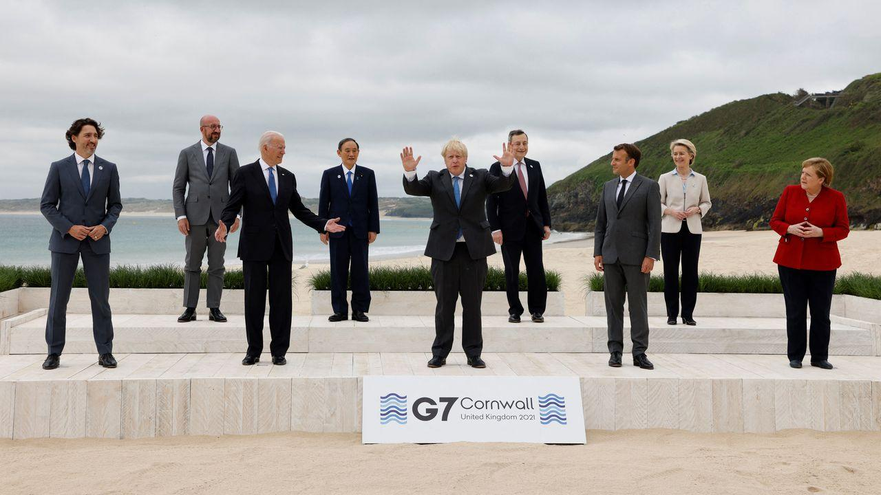 G7 leaders pose for