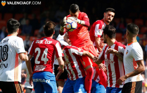 Parejo perde pênalti, mas ex-Barça salva Valencia de derrota em casa