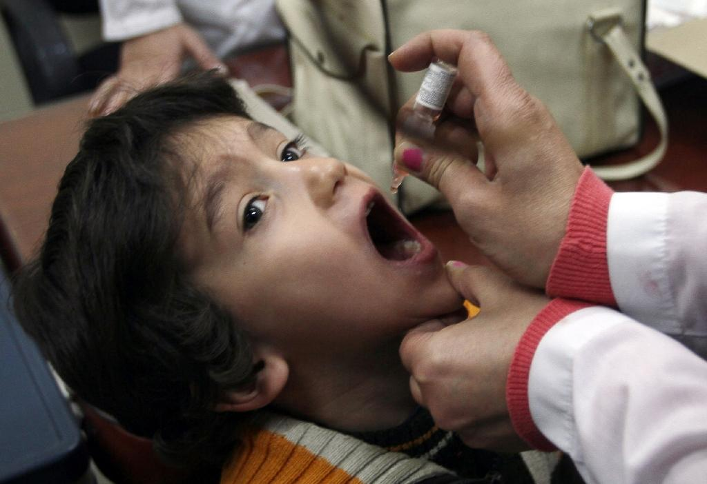 A Syrian child receives a polio vaccination at a clinic in Damascus on November 20, 2013 (AFP Photo/Louai Beshara)