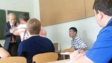 Una clase entera defiende a su profesor de la agresión de un alumno
