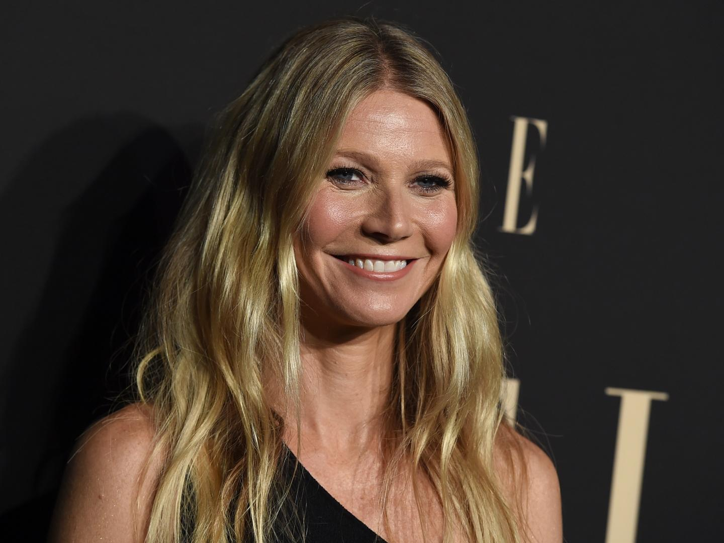 Gwyneth Paltrow Her Daughter Apple Look Like Twins With Grandma Blythe Danner
