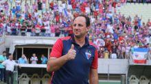 Na área com Nicola – Rogério Ceni tem defensores no Santos
