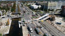 Intentan rescatar a una persona debajo del puente derrumbado de Miami