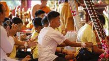 Aus Höhle in Thailand gerettete Jungen beten in Tempel für langes Leben