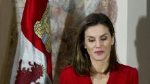 La reina Letizia luce con más libritas en este conjunto rojo; mírala