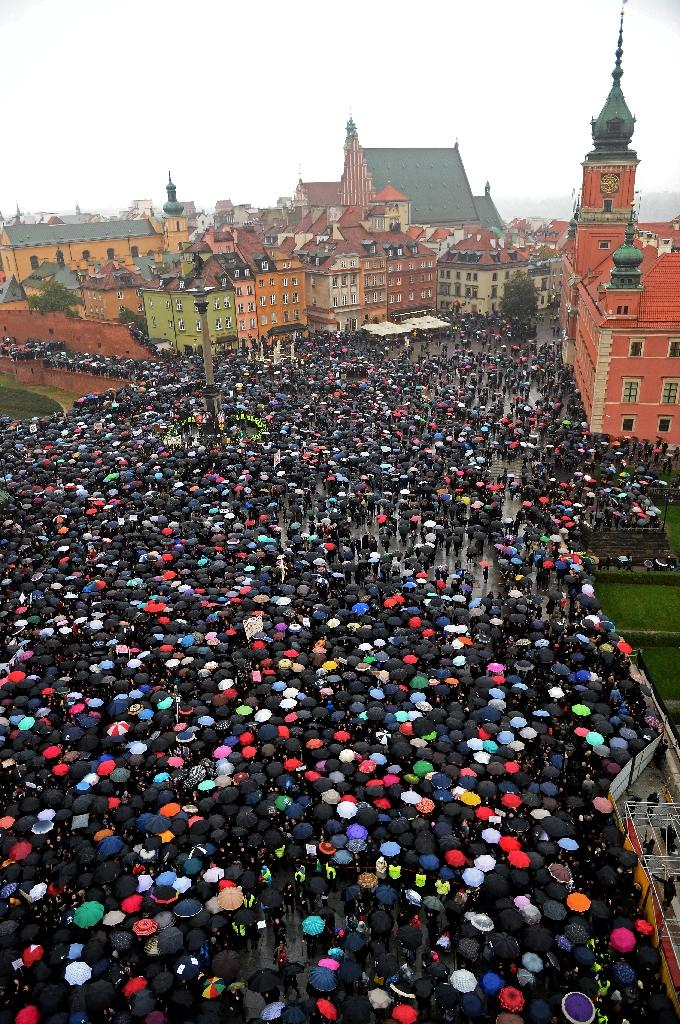 Women in Warsaw protest against a proposed near-total abortion ban in devoutly Catholic Poland, on October 3, 2016 (AFP Photo/Janek Skarzynski)