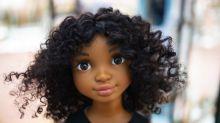 Zoe, la muñeca negra que enamora en medio de la batalla contra el racismo
