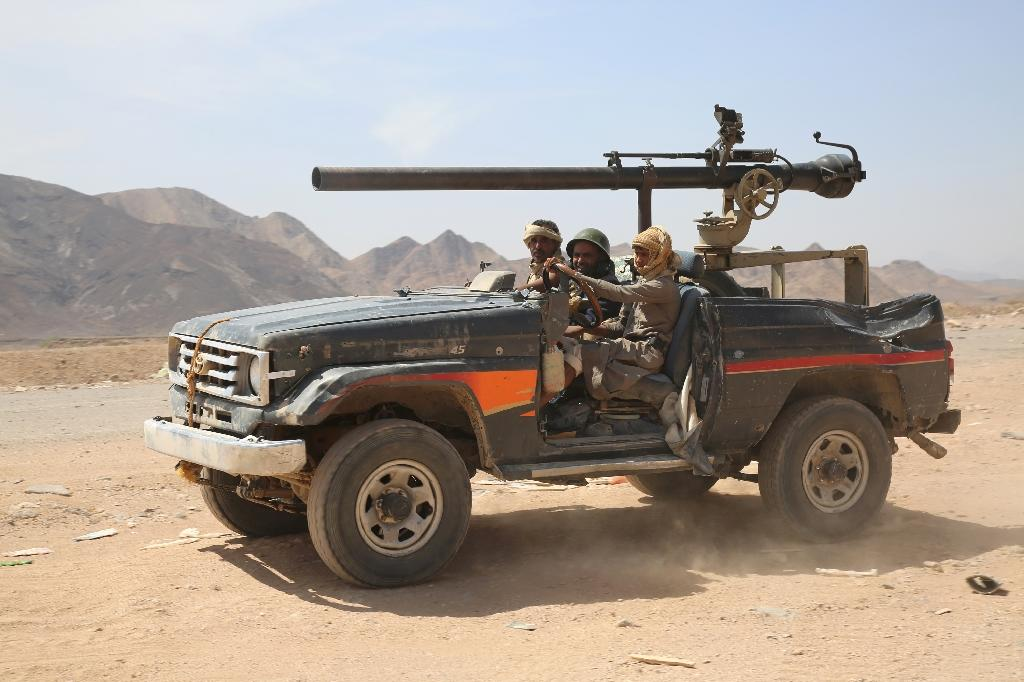 Armed Yemeni tribesmen from the Popular Resistance Committees, supporting forces loyal to Yemen's Saudi-backed President Abedrabbo Mansour Hadi, monitor Sirwah, west of Marib city, on Ocotber 28, 2015 (AFP Photo/Abdullah al-Qadry)