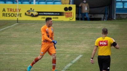 Com dois pênaltis defendidos, João Vitor garante o Avaí nas quartas de final da Copa do Brasil sub-20