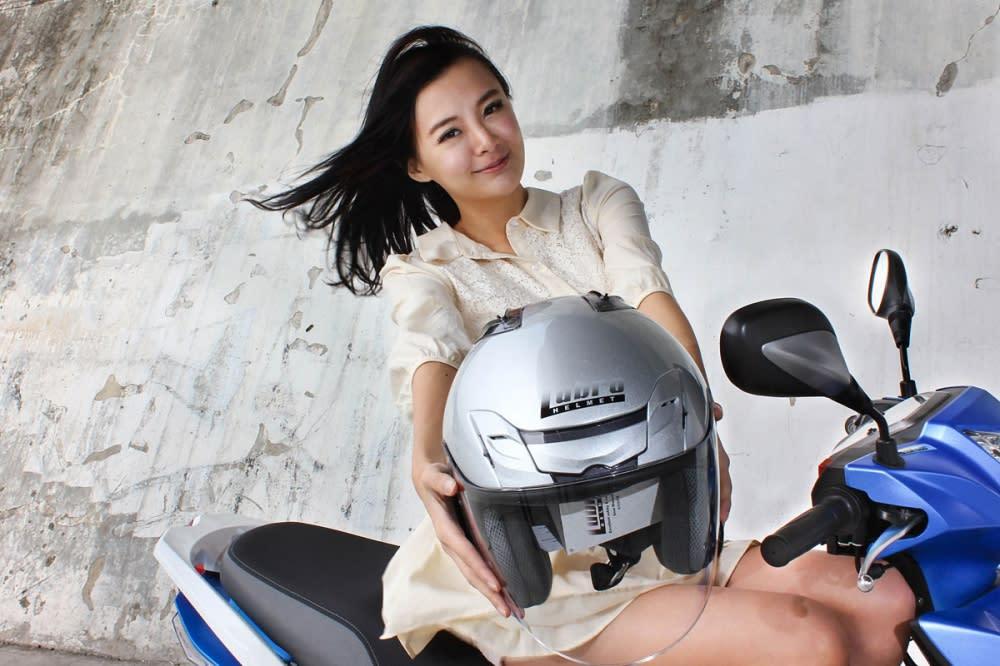 為了測試座墊下的空間容量,特別商借了由好運車業代理的Lubro安全帽品牌最新推出的AIR TECH VENTO 3/4帽款。