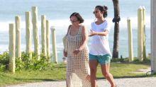 Na reta final da gravidez, Yanna Lavigne faz caminhada com a mãe na praia