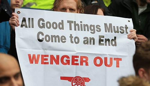 "Premier League: Arsenal-Fans beleuchten Stadion mit ""Wenger Raus""-Schriftzug"